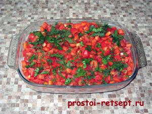 Овощная запеканка: выложить слой помидоров и перца