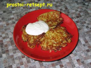 рецепт картофельных драников: подавать со сметаной