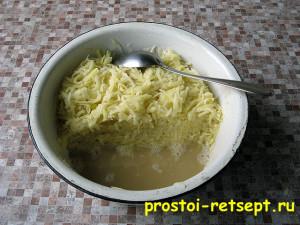 рецепт картофельных драников: отжать и слить лишнюю жидкость