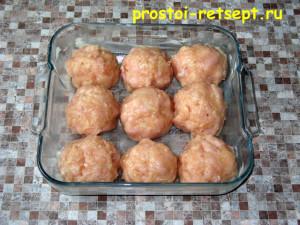 Куриные шарики в сливочном соусе: лепим шарики и кладем в форму