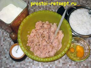 рецепт тефтелей: смешать фарш с прочими ингредиентами и рисом