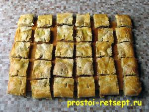 рецепт яблочного пирога: разрезать на куски горячий пирог
