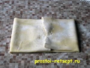 рецепт яблочного пирога: сложить тесто и перенести на противень