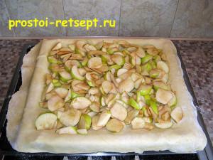 рецепт яблочного пирога: выложить слой яблок