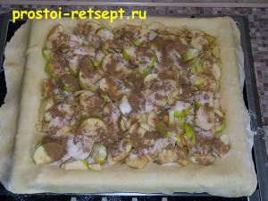 рецепт яблочного пирога: посыпать яблоки сахаром и корицей