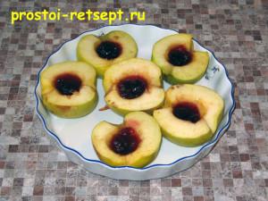 печеные яблоки в микроволновке: положим в центр варенье