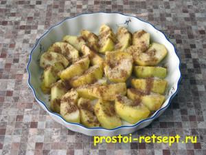 печеные яблоки в микроволновке: посыпать сахаром и корицей