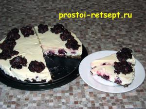 торт с вишней готов и нарезан на куски