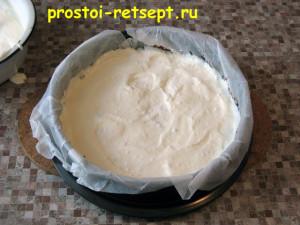 торт с вишней: выложить на корж в форму треть крема