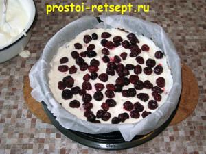 торт с вишней: выложить вишни на крем