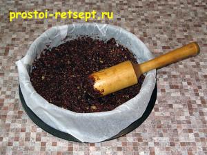 торт с вишней: выкладываем смесь в форму и спрессовываем