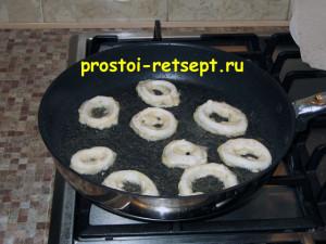 кольца кальмара в кляре: выложить в разогретое масло