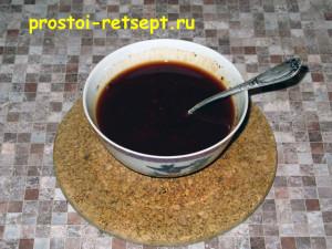 Куриные рулетики с беконом и копчёным сыром: добавить соевый соус и кетчуп