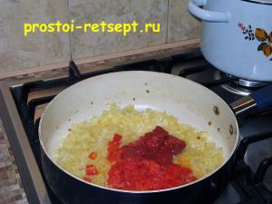 харчо из говядины: обжарить лук с томатной пастой