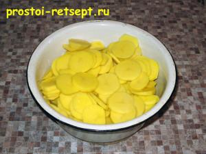 рыба с картошкой в духовке: картофель поделим на 2 части