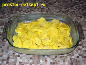 рыба с картошкой в духовке: в форму выложить половину картошки