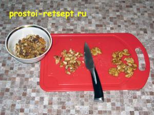 сладкая колбаса: измельчить орехи