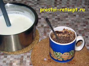 сладкая колбаса: смешать молоко с какао