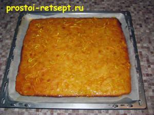 апельсиновый пирог: смазать глазурью и посыпать цедрой апельсина