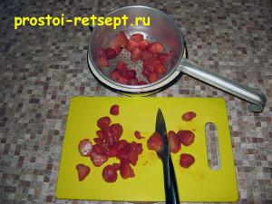 творожный чизкейк: нарезать ягоды или фрукты