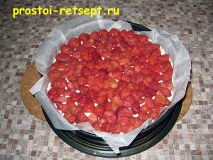 творожный чизкейк: выложить ягоды на торт