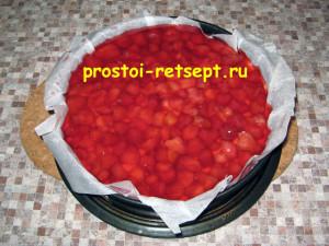 творожный чизкейк: залить ягоды желе и поставить в холодильник