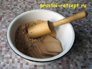 творожный чизкейк: печенье растолочь в мелкую крошку