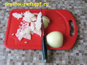 Бефстроганов из говядины: лук нарезать тонко