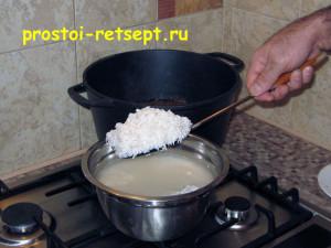 Плов из говядины: добавить рис
