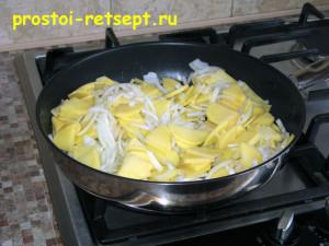 тортилья: жарим лук с картофелем