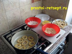 как приготовить кальмара: кольца запанировать и выложить на сковороду