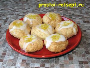 рождественское печенье покрыто лимонной глазурью