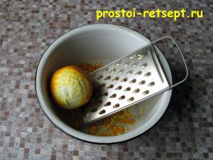 Апельсиновый кекс: натрите апельсиновую цедру