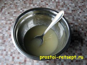Апельсиновый кекс: сахар смешать с растительным маслом