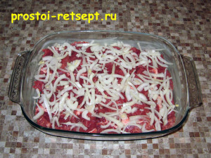 говядина в духовке: посыпать нарезанным луком