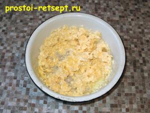 Сырный пирог: смешать сыр с маслом