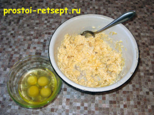 Сырный пирог: добавить в смесь яйца