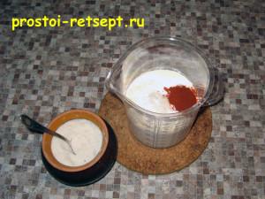 Сырный пирог: смешать муку с солью и паприкой