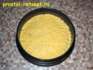 Сырный пирог: размять 1 часть теста по форме