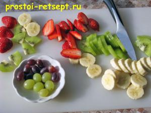 Десерт из творога: нарезать фрукты