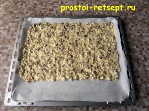 ореховое печенье: размять тесто по противню