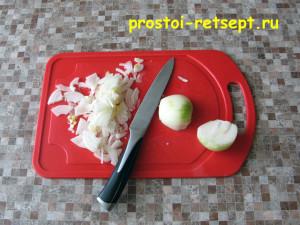 Салат с курицей и сыром: лук нарезать тонкими полукольцами