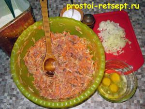 Тефтели в сметанном соусе: смешать фарш с овощами и яйцами