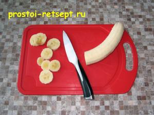 Как приготовить чизкейк: нарезать банан кружками