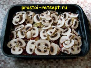 Свинина с грибами: выложить грибы на сыр и посолить