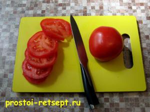 Свинина с грибами: помидоры нарезать кружками