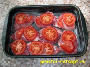Свинина с грибами: выложить помидоры на мясо