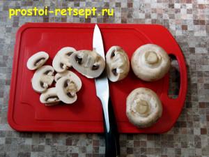 Свинина с грибами: грибы нарезать пластинками