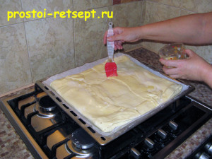 Быстрый пирог: смазать яйцом