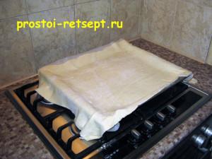 Быстрый пирог: развернуть тесто на противне